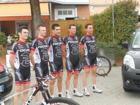 ciclisti con completo del team