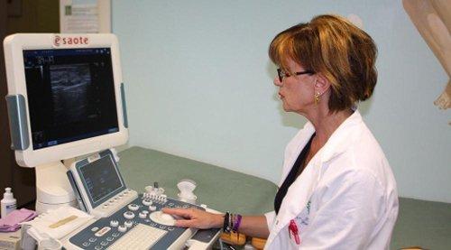 dottoressa consulta una ecografia