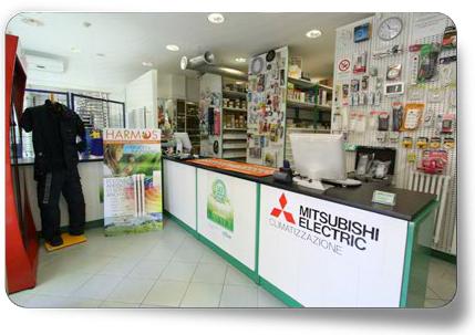 vista interna di negozio eletericitta con bancone di negozio scritta mtsubishi electric