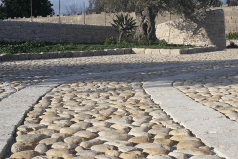 Pavimento ciottolato e muro a secco