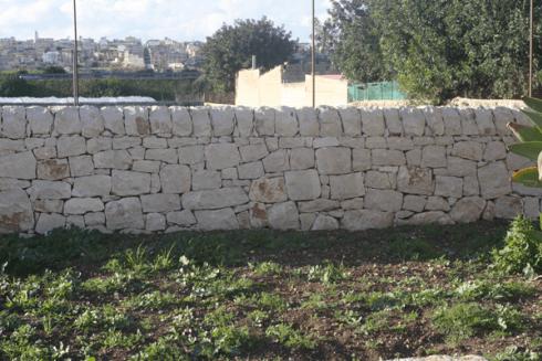 muraglia con pietre e massi