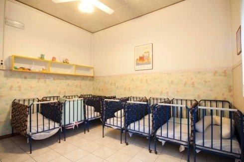 Sala attrezzata con lettini per bambini