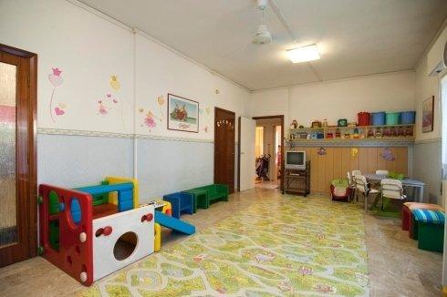 Sala attrezzata con giochi infanzia