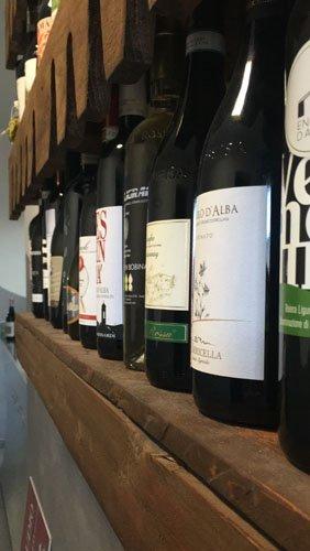 primo piano di una mensola con dei vini