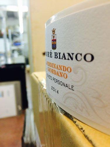 vista laterale etichetta vino bianco