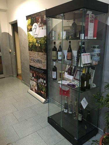 vista laterale di uno scaffale dei vini