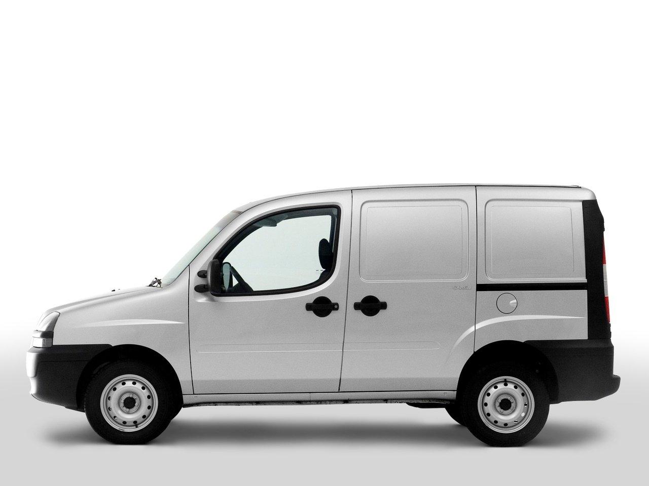 un furgone Fiat Doblo' color bianco con rifiniture nere