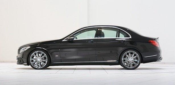 vettura di color nero metallizzato Mercedes C200