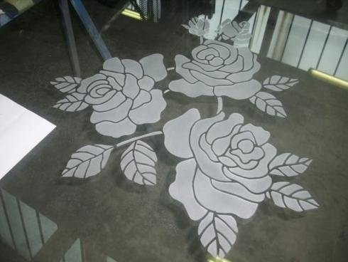 Decorazione floreale su vetro