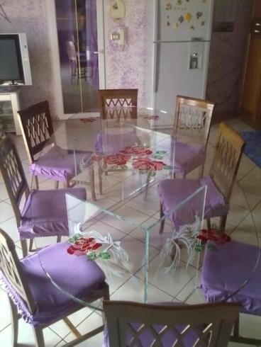 Motivi floreali su tavolo in cristallo