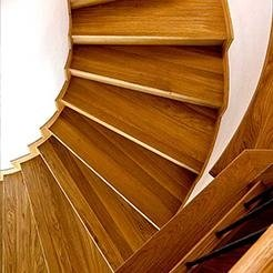Scala con rivestimento in legno