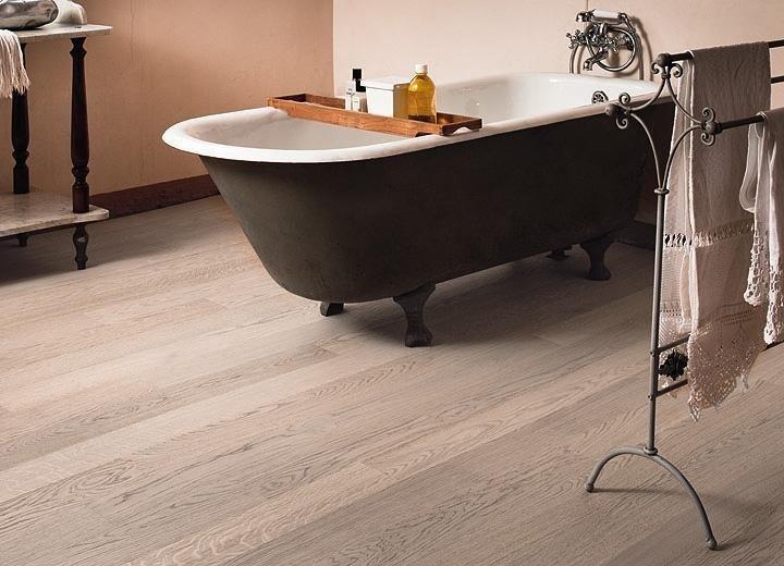 Bagno con gres porcellanato effetto legno