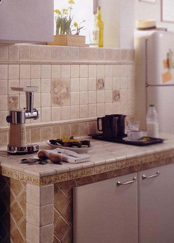 Cucina con rivestimento in maioliche stile rustico