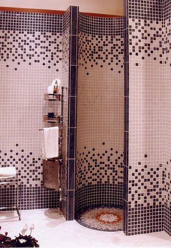 Zona doccia con piastrelle a mosaico