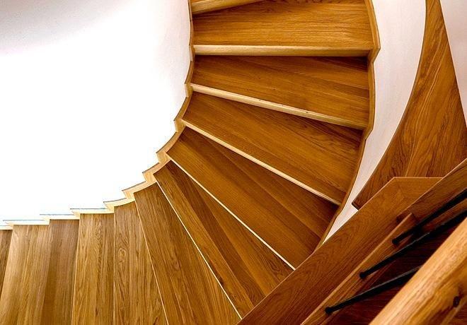 Scala rivestita di legno