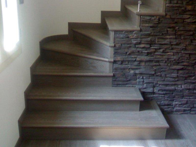 Angolo scalinata in marmo scuro