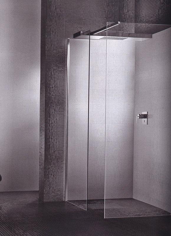 Angolo box doccia con rivestimento in mosaico