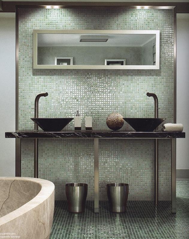 Bagno rivestito con mosaico monocolore