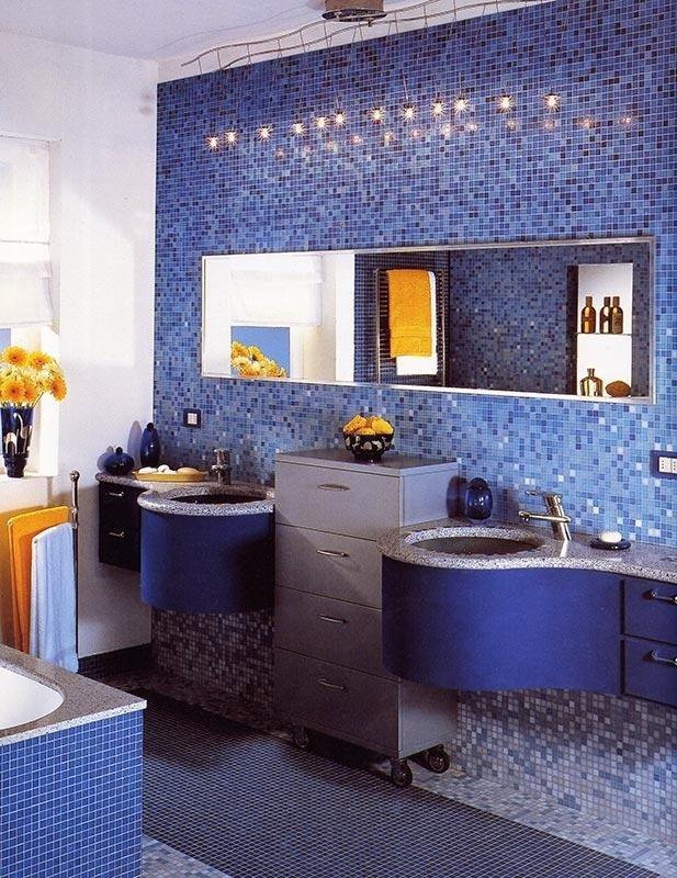 Bagno completamente rivestito di mosaico tonalità di blu