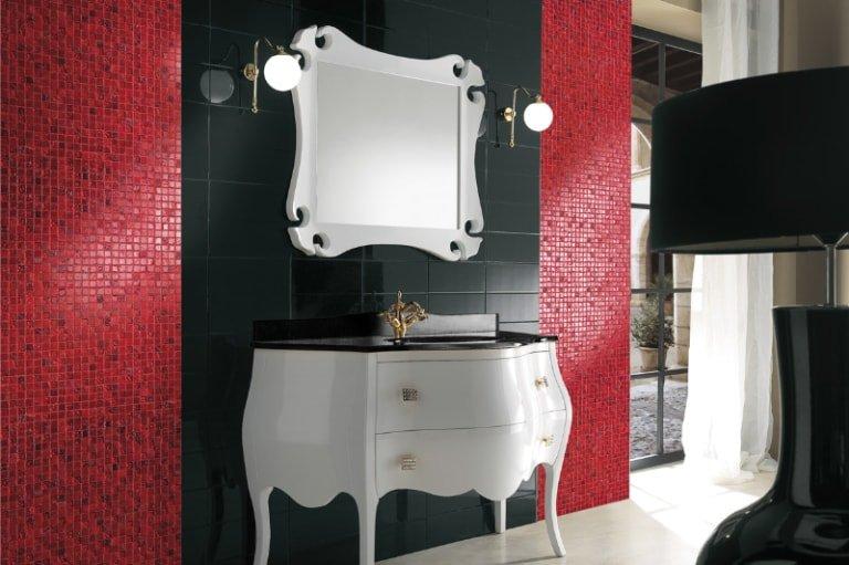 Arredo bagno bianco e mosaico rosso alle pareti