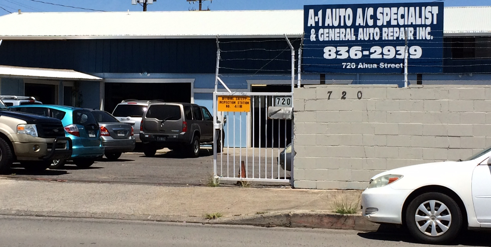 Auto repair mechanic smiles in Honolulu, HI