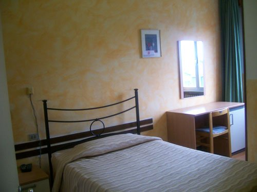 un letto in una stanza d'albergo
