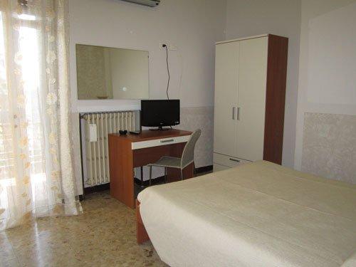 vista di un mobiletto con sopra una tv in una stanza d'albergo