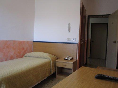 vista di un letto singolo e un comodino