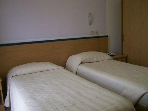 due letti singoli in una stanza