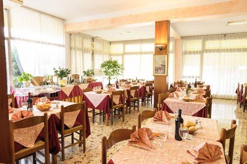 dei tavoli all'interno del ristorante dell'albergo