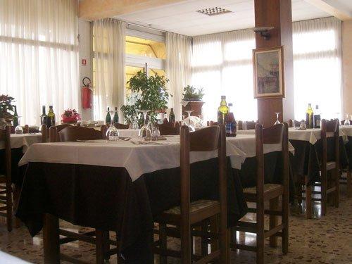 vista dei tavoli del ristorante dell'albergo