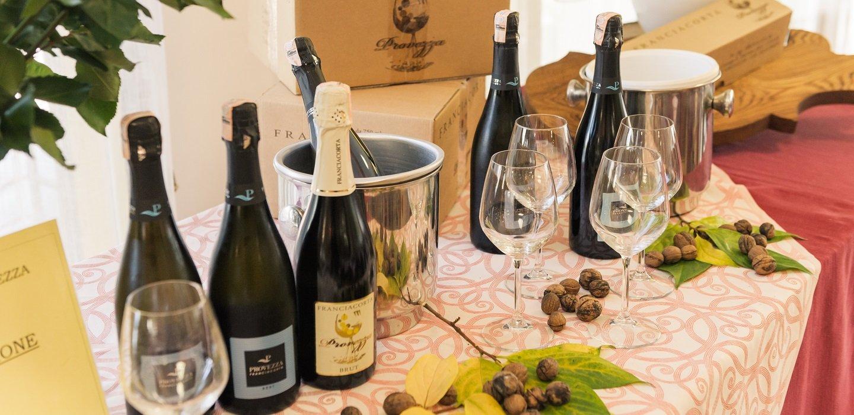 dei bicchieri e delle bottiglie di champagne su un tavolo
