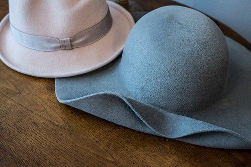cappello rosa e azzurro