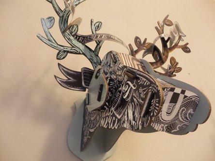 finta testa di cervo da parete astratta creata con carta