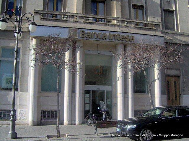 vista da fuori di una filiale Banca Intesa