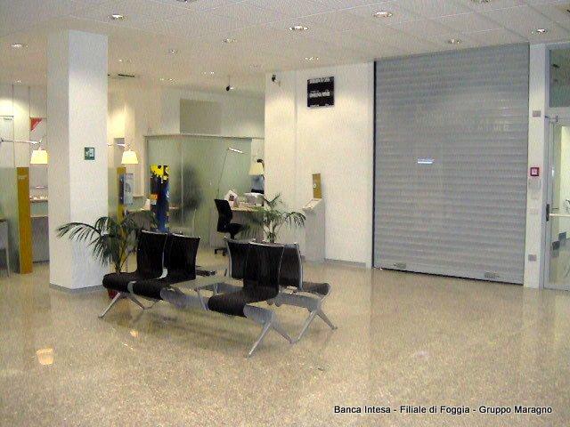 interno della banca con delle sedie