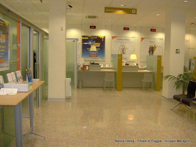 vista degli sportelli all'interno della Banca Intesa