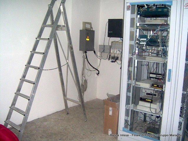 una scala di ferro e accanto dei server