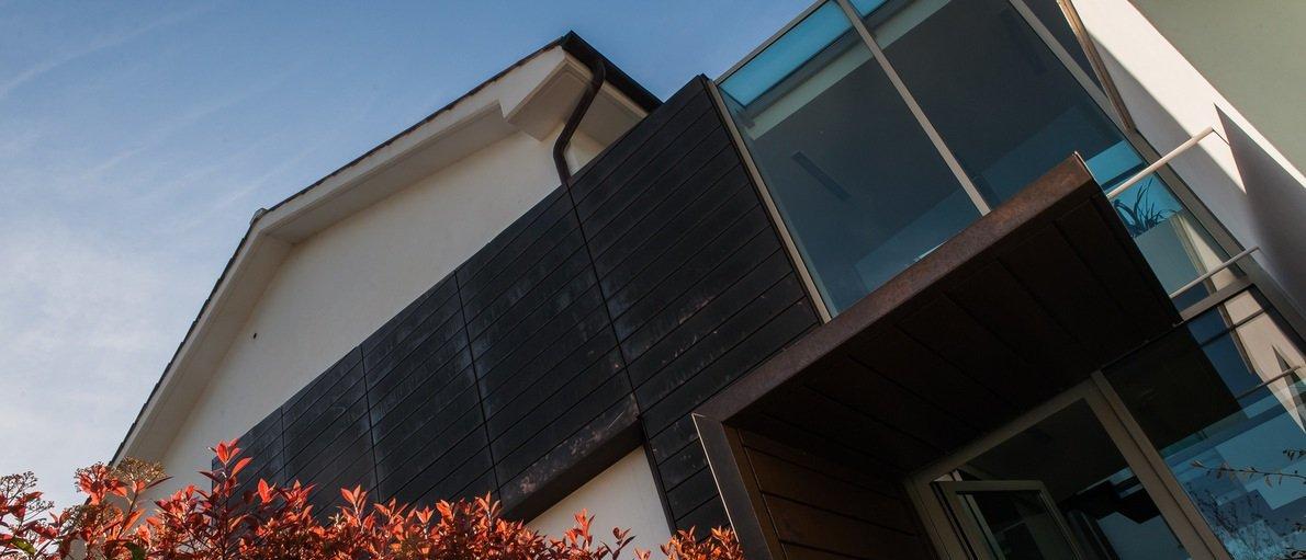 Facciata di una casa in legno, vetro e metallo