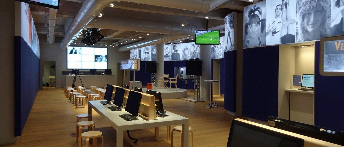 Interno di un ufficio con scrivanie e computer