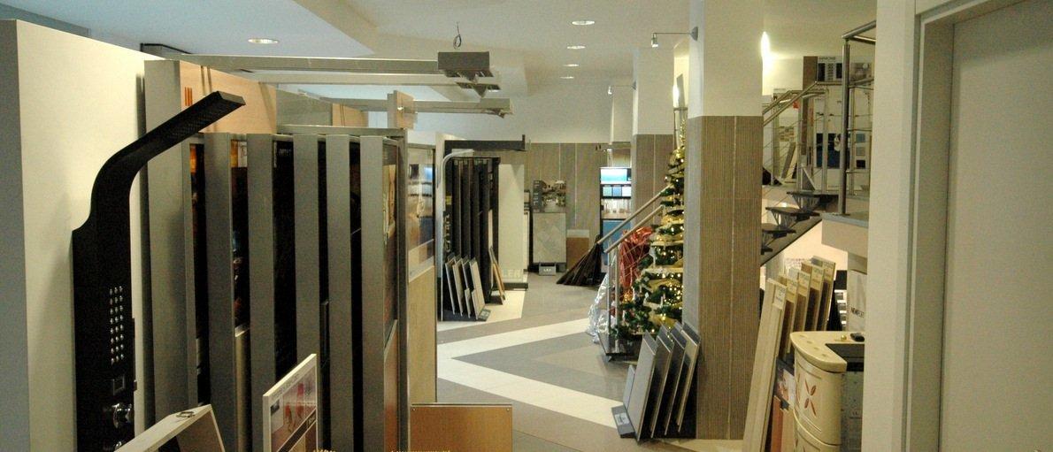 Interno dello showroom con esposizione materiali di costruzione