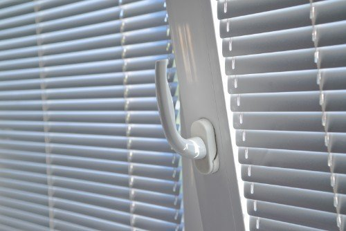 finestra in alluminio laccata in bianco