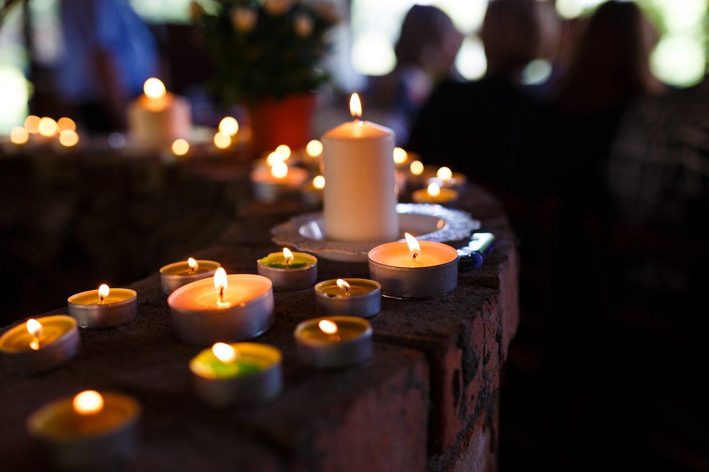 fila di candele per veglia funebre