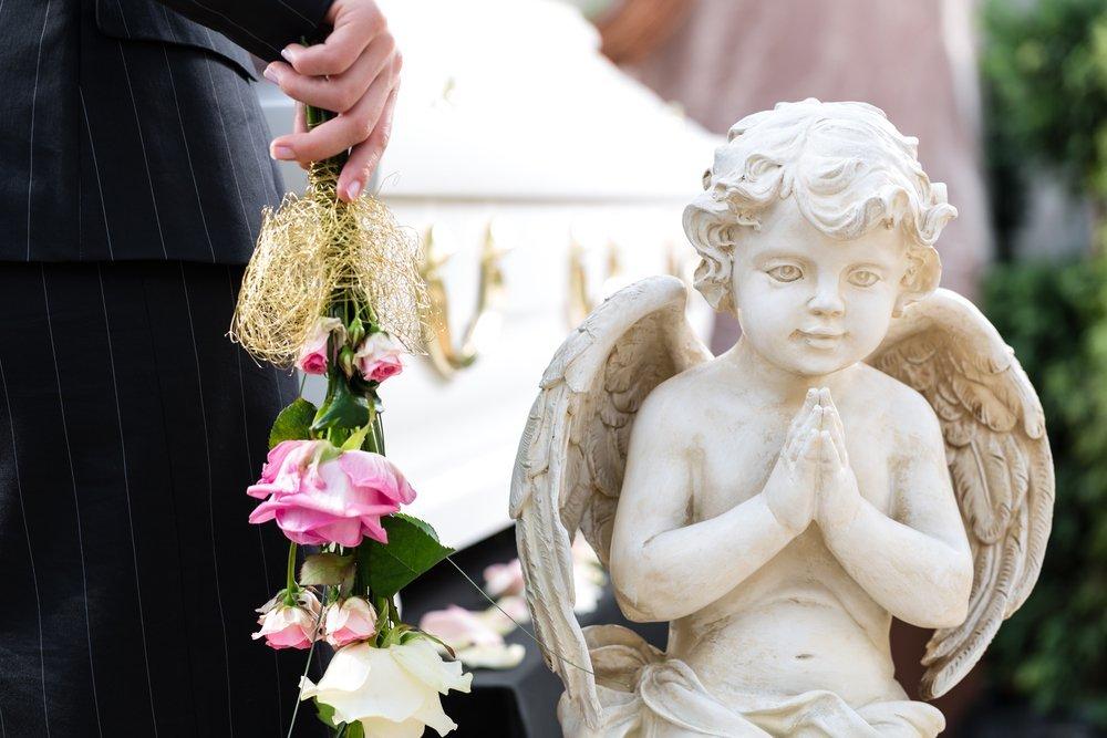statua di un cherubino in preghiera