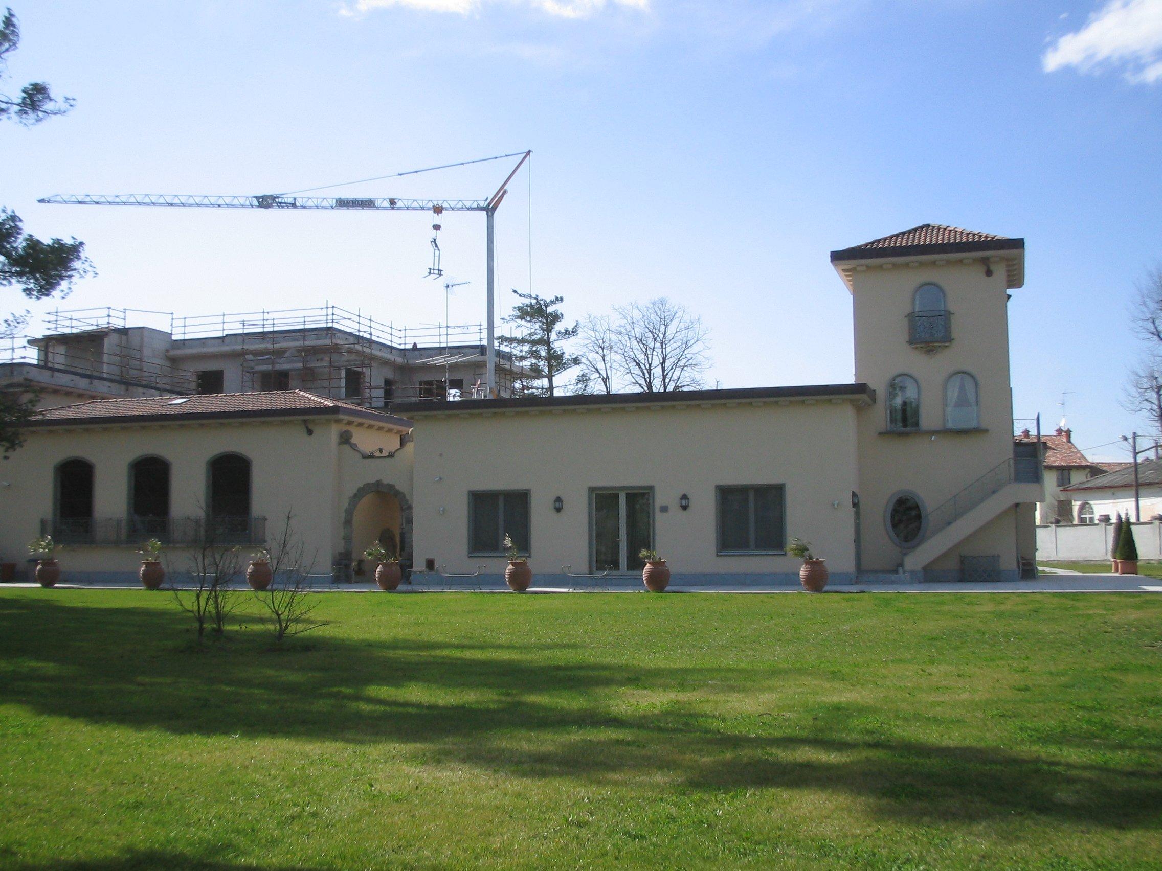 Vista dall'esterno di una villa con cortile