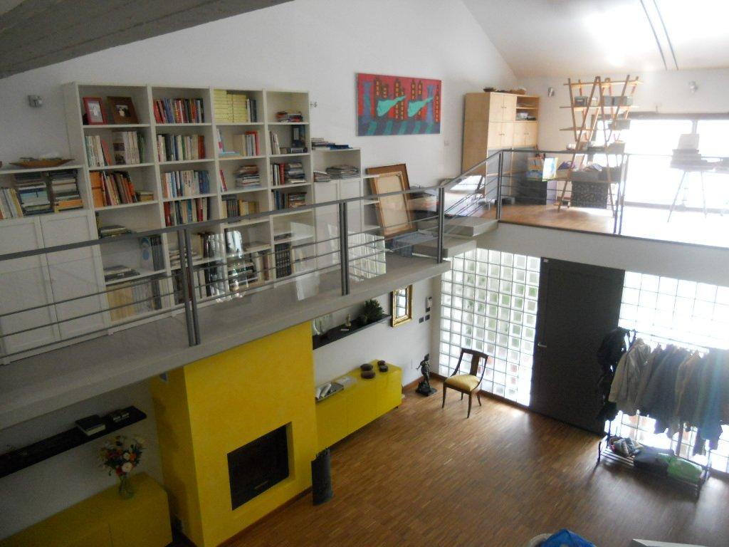 Interno di una casa a due piani spaziosa
