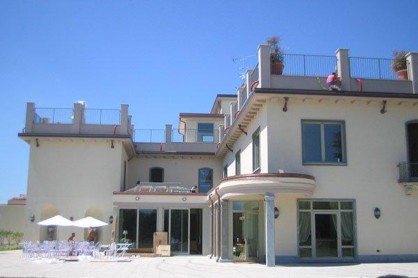 una villa a due piani con terrazzo sul tetto