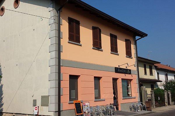una palazzina con facciata arancione e rosa