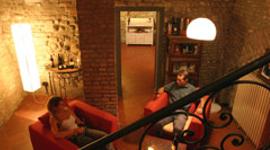 locale in palazzo storico, enoteca con arredamento moderno, enotavola