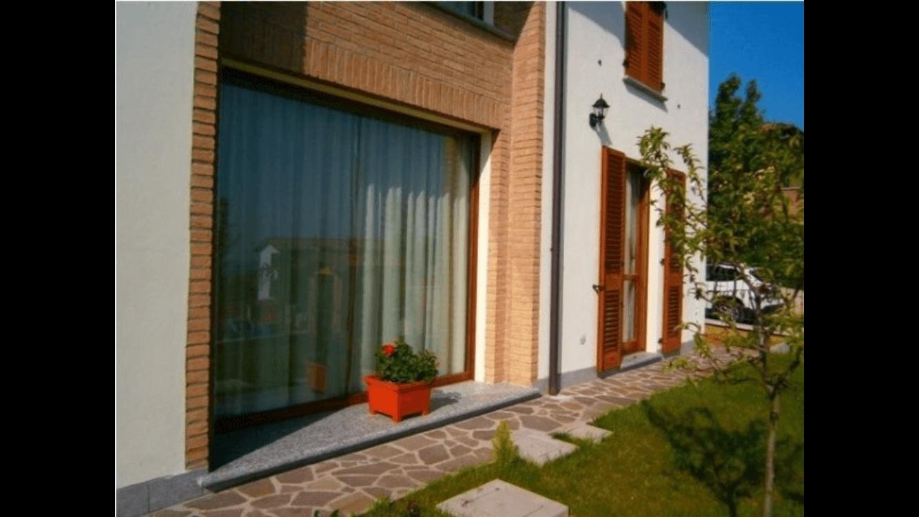 giardino con e veduta della larga vetrata al piano terra